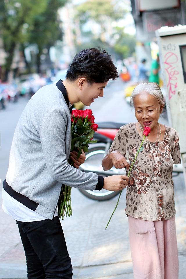 """3 chàng """"soái ca"""" xuống phố tặng hoa phụ nữ nghèo ngày 8/3 - 4"""