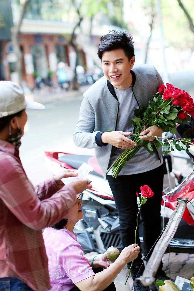"""MC Vũ Mạnh Cường cho rằng: """"Tất cả phụ nữ trên thế giới này, không phân biệt già trẻ lớn bé, giàu nghèo, đều xứng đáng nhận được một bông hồng vào ngày Quốc tế Phụ nữ""""."""