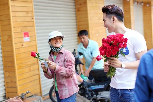 Nam diễn viên Trần Huy Anh và niềm vui của người phụ nữ khi bất ngờ được tặng đóa hoa hồng.