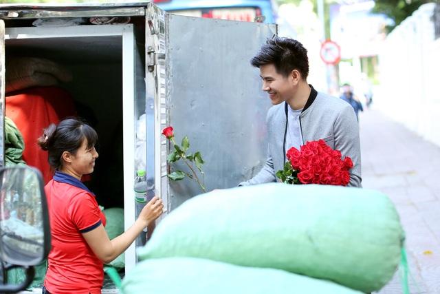 """3 chàng """"soái ca"""" xuống phố tặng hoa phụ nữ nghèo ngày 8/3 - 6"""