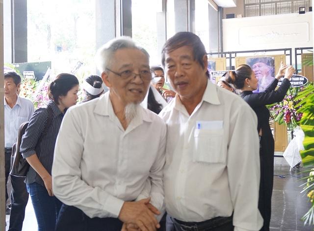Những người bạn vong niên của nhà thơ cùng ôn lại kỷ niệm với nhà thơ khi còn hoạt động thơ ca.