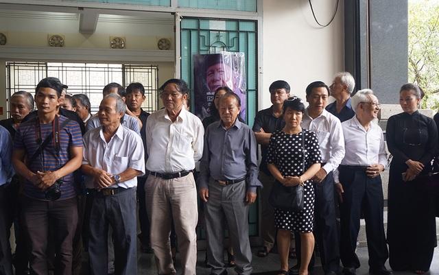 Bạn bè và người thân dành một phút tưởng niệm nhà thơ Thanh Tùng