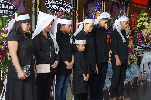Gia đình không nén được xúc động khi ôn lại những kỷ niệm về nhà thơ Thanh Tùng trước giờ tiễn biệt.