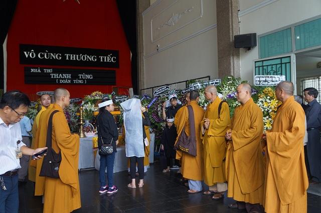 Đến giờ lành, các sư thầy đến đọc kinh trước linh cữu nhà thơ theo nghi thức tang lễ của Phật giáo