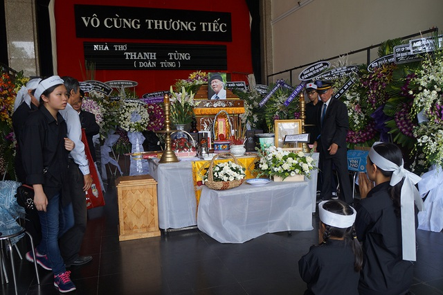 Đến giờ đưa tiễn, người thân tề tựu bên linh cữu để thắp cho nhà thơ Thanh Tùng nén nhang tiễn biệt.