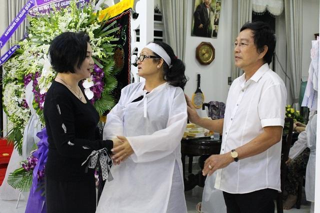 Nghệ sĩ Thanh Tuấn cũng có mặt khá sớm để chia buồn cùng gia quyến nghệ sĩ Thanh Sang.