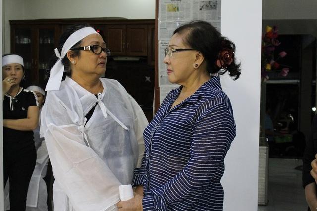 Vừa thấy nghệ sĩ Lệ Thủy, cô Ngọc Mỹ-vợ nghệ sĩ Thanh Sang không kìm được xúc động và bật khóc.