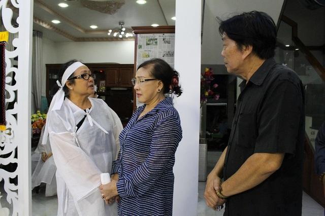 Đông đảo nghệ sĩ nổi tiếng tới viếng NSƯT Thanh Sang - 6