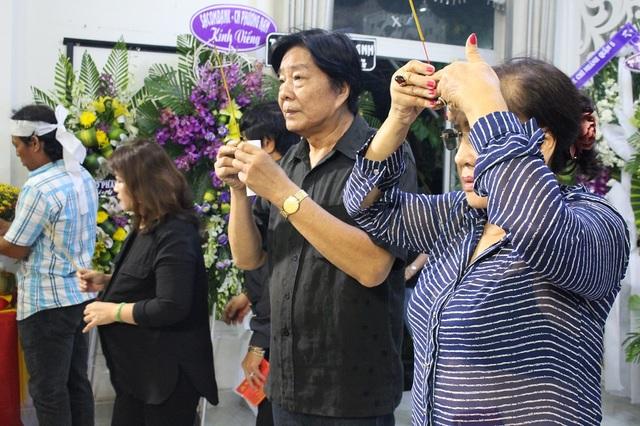 Nghệ sĩ Lệ Thủy và Trọng Hữu cũng đến viếng nhạc sĩ từ rất sớm.
