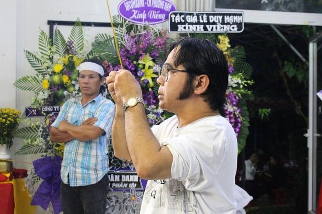 Nghệ sĩ Bạch Long là người đầu tiên trong các nghệ sĩ đến viếng nghệ sĩ Thanh Sang.