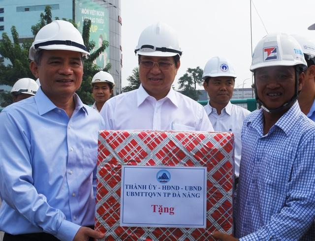 Bí thư Thành ủy Đà Nẵng Trương Quang Nghĩa và Chủ tịch UBND TP Đà Nẵng Huỳnh Đức Thơ tặng quà cho các công nhân