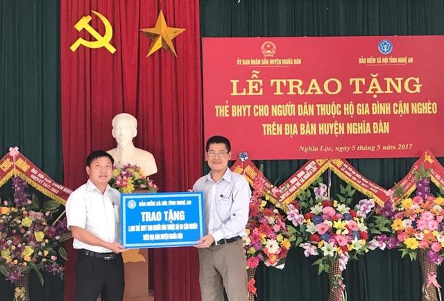 Số tiền mua 1.600 thẻ BHYT tặng hộ cận nghèo huyện Nghĩa Đàn là từ nguồn đóng góp của cán bộ, nhân viên, người lao động ngành BHXH tỉnh Nghệ An.