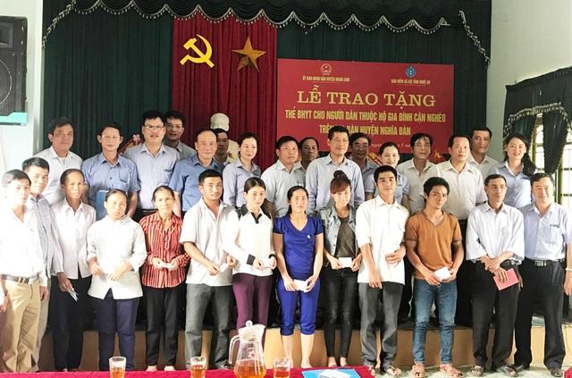 1.600 thẻ bảo hiểm được trao tặng cho các hộ cận nghèo thuộc 15/25 xã, thị trấn của huyện Nghĩa Đàn.