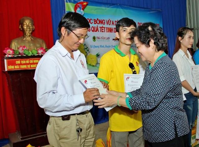 Bà Trương Mỹ Hoa tặng thư cảm ơn cho Việt Sin vì sự đóng góp của doanh nghiệp này