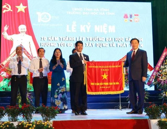 Phó Thủ tướng Vương Đình Huệ trao tặng Cờ thi đua của Chính phủ cho Trường Đại học Hà Tĩnh