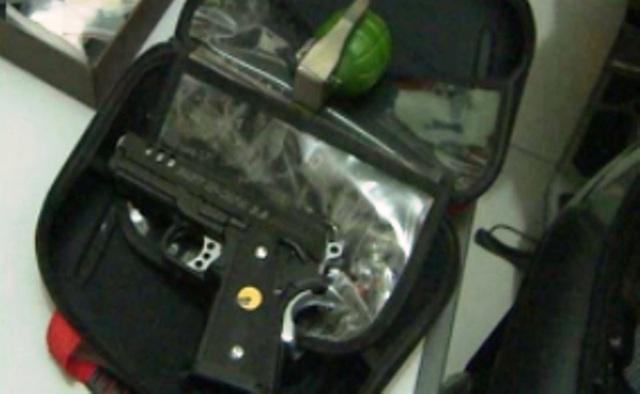 Súng và lựu đạn đối tượng Hùng mang theo