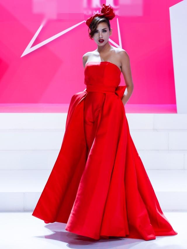 Nói đâu cho xa, bộ cánh đỏ chói từ đầu đến chân trong tập 10 là một minh chứng. Võ Hoàng Yến chọn áo váy để kheo đôi vai trần gợi cảm và sự lộng lẫy của bộ cánh đến từ phần đuôi váy, đặc biệt là chiếc nơ cài đầu to bản làm cô trông trở nên nữ tính hẳn.