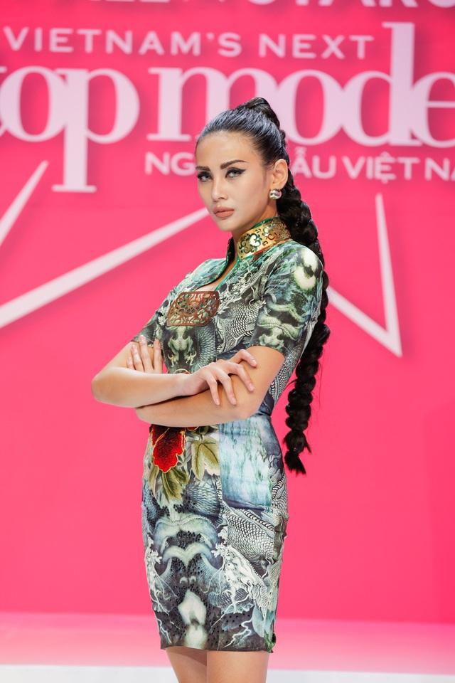 Trên ghế nóng của mùa giải All Stars Vietnam's Next Top Model 2017, Võ Hoàng Yến diện vô số những bộ cánh khác nhau tôn lên sự tuyệt đối sự mạnh mẽ, quyền lực nhưng vẫn không mất đi vẻ quyến rũ.
