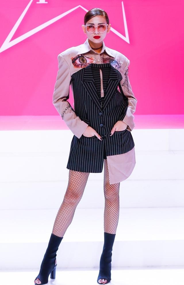 Dù là khoác lên mình bộ trang phục theo phong cách cổ điển hay hiện đại, Võ Hoàng Yến vẫn dành sự ưu ái cho những chiếc vòng cổ choker, tình yêu của cô dành cho món đồ phụ kiện thời trang này thật sự rất nhiều.