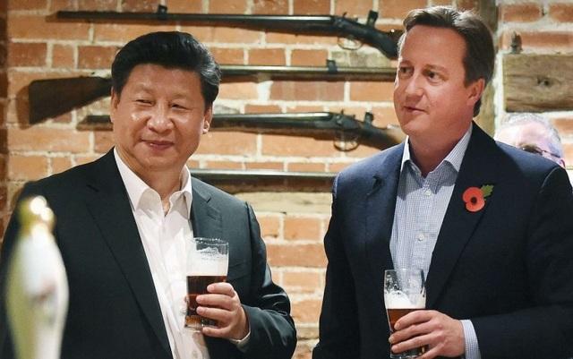 Chủ tịch Trung Quốc Tập Cận Bình uống bia cùng cựu Thủ tướng Anh David Cameron trong cuộc gặp năm 2015 (Ảnh: EPA)