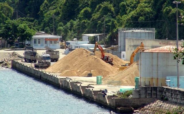 Cát được tập kết tại Cảng Vũng Rô để xuất bán trái phép ra ngoài tỉnh
