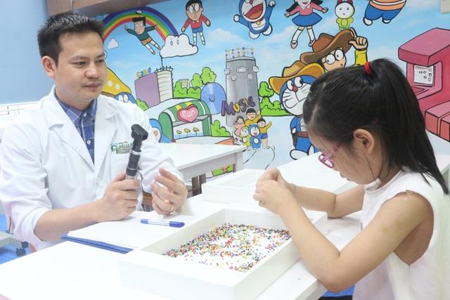 Bệnh nhân tập nhược thị tại BV Mắt Hà Nội 2.