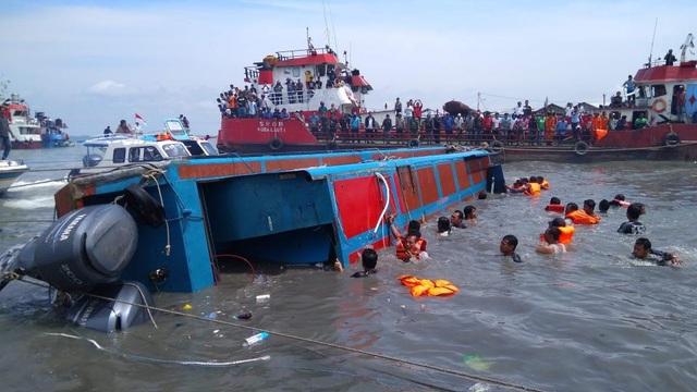 Nguyên nhân dẫn tới vụ lật tàu hiện chưa được xác định (Ảnh: EPA)