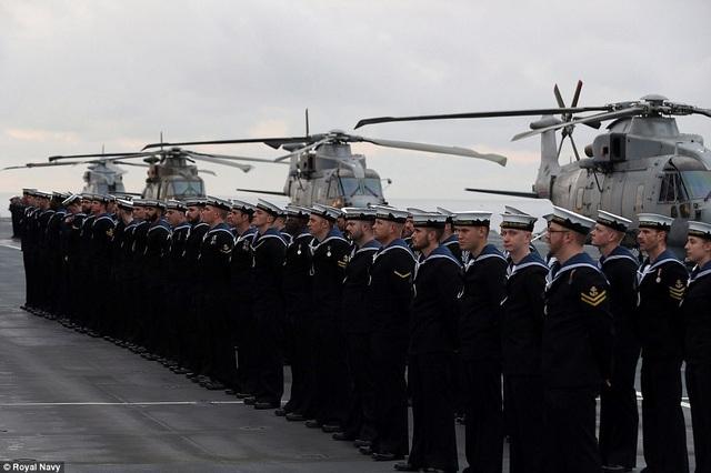 Các thủy thủ trên tàu HMS Queen Elizabeth (Ảnh: Royal Navy)