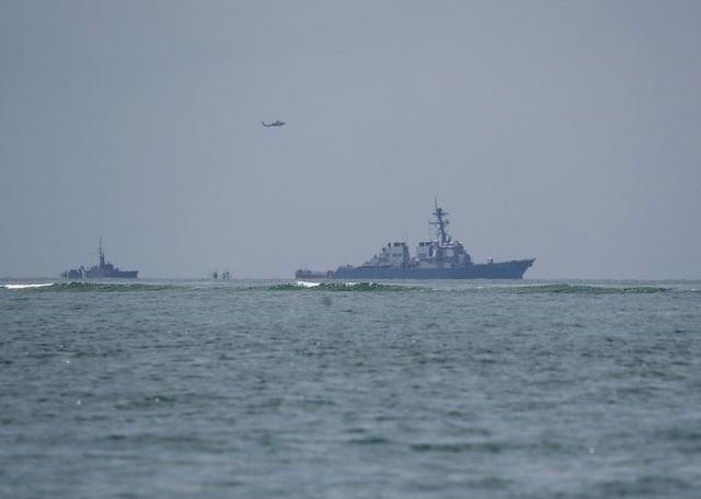 Trực thăng bay trên tàu khu trục USS John S. McCain sau vụ va chạm với tàu chở dầu Alnic MC.