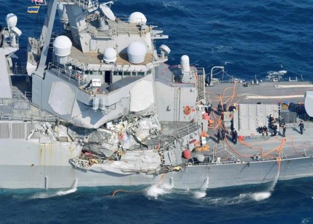 Tàu khu trục USS Fitzgerald hư hại nặng sau vụ va chạm. (Ảnh: Reuters)