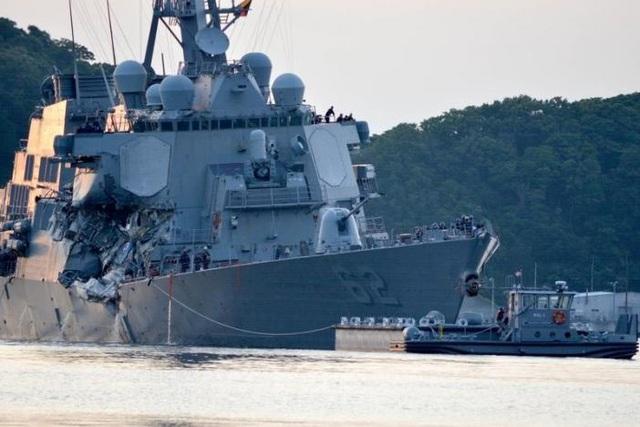 Tàu khu trục Mỹ hư hại nặng sau cú va chạm với tàu hàng. (Ảnh: Reuters)