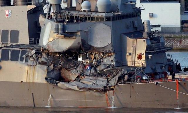 Tàu chiến Mỹ hư hại nặng sau cú va chạm với tàu hàng Philippines. (Ảnh: Reuters)