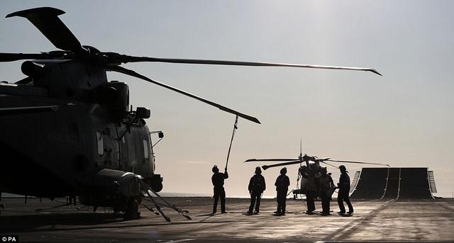 Theo Dailymail, tàu sân bay HMS Queen Elizabeth sẽ tiếp tục trải qua các cuộc thử nghiệm tiếp theo tại Portsmouth và sẽ đi vào hoạt động đầy đủ từ năm 2020. (Ảnh: PA)