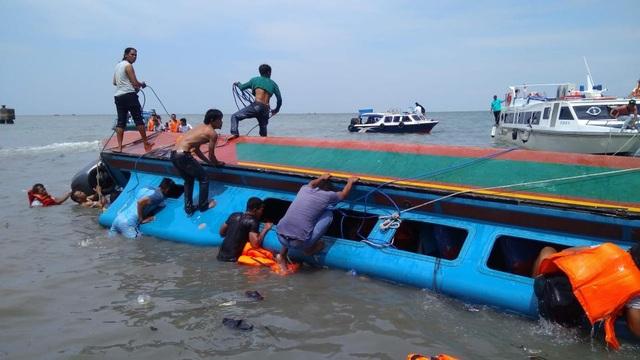 Lực lượng cứu hộ tìm cách tiếp cận phần bên trong tàu để tìm người mất tích (Ảnh: Getty)