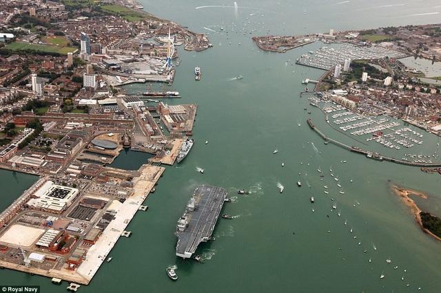 Tàu sân bay HMS Queen Elizabeth nhìn từ trên cao (Ảnh: Royal Navy)
