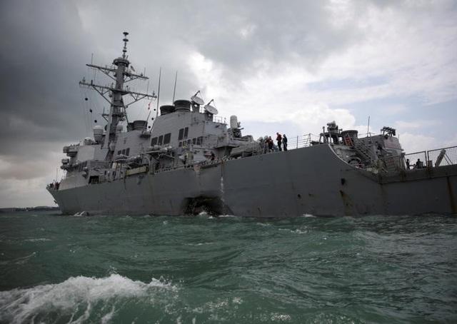Phần rào chắn phía trên boong tàu khu trục USS John S. McCain cũng bị xô gãy sau vụ va chạm. Tuy nhiên không xuất hiện vết dầu loang ở khu vực nước gần nơi xảy ra vụ tai nạn giữa hai tàu.