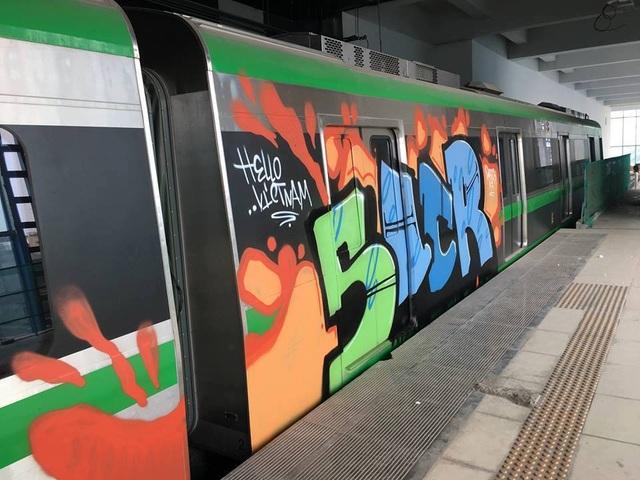 Hình ảnh khác lạ của đoàn tàu Cát Linh - Hà Đông với những bức vẽ kiểu graffiti. (Ảnh: Trần Thanh)