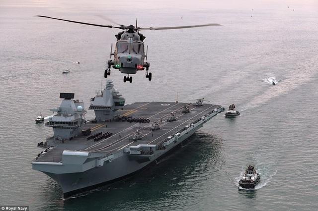 Trước đó, ngày 26/6, HMS Queen Elizabeth đã rời xưởng đóng tàu quân sự Rosyth ở hạt Fife để bắt đầu quá trình thử nghiệm trên biển sau gần một thập niên chế tạo. (Ảnh: Royal Navy)