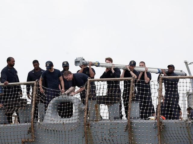 Các thủy thủ trên tàu khu trục USS John S. McCain đã nhanh chóng khắc phục sự cố sau vụ va chạm để ngăn chặn nước tràn vào trong tàu và có thể khiến tàu bị đắm trên biển.
