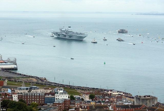 Tàu sân bay HMS Queen Elizabeth của Hải quân Anh chở theo 700 nhân viên và khoảng 200 nhà thầu đã di chuyển về cảng Portsmouth lần đầu tiên vào sáng nay 16/8 trong sự chào đón nồng nhiệt của hàng nghìn người dân, trong đó có cả các thành viên trong gia đình thủy thủ đoàn trên tàu. (Ảnh: PA)