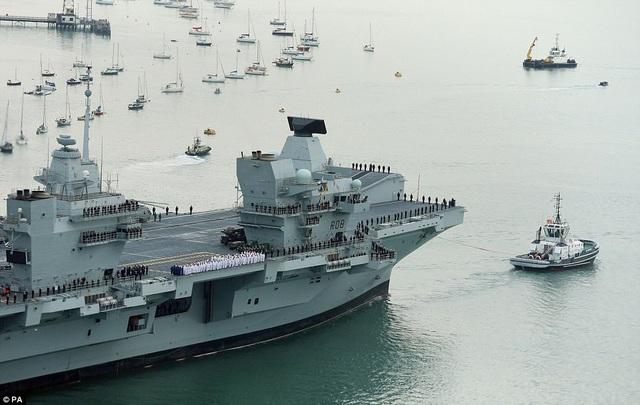 Với tải trọng 65.000 tấn, chiều dài 280 m và diện tích mặt sàn tương đương 3 sân bóng đá, HMS Queen Elizabeth là tàu chiến lớn nhất và mạnh nhất từ trước đến nay của Hải quân Anh. (Ảnh: PA)