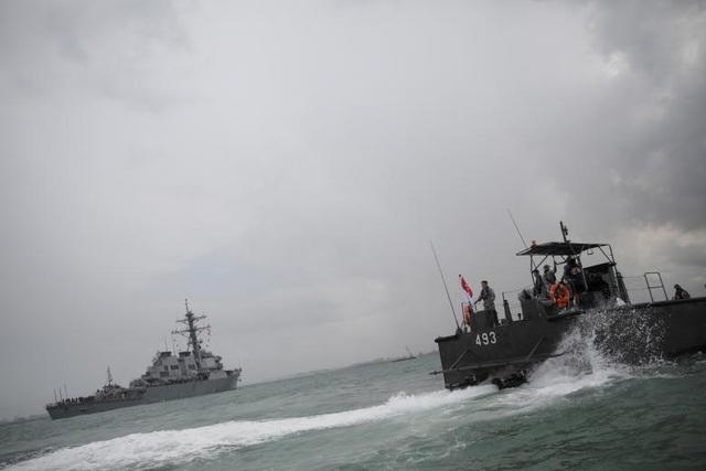 Tham mưu trưởng hải quân Mỹ, Đô đốc John Richardson, cho biết không có dấu hiệu cho thấy vụ va chạm giữa tàu khu trục USS John S. McCain và tàu chở dầu Alnic MC là hành động cố ý. Trong ảnh: Tàu hải quân Singapore chạy ngang qua tàu khu trục USS John S. McCain sau vụ va chạm với tàu chở dầu.