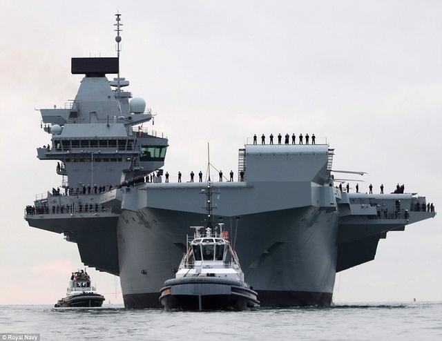 HMS Queen Elizabeth có khả năng chứa gần 40 máy bay chiến đấu, trong đó có những máy bay hiện đại như F-35B, và khoảng 700 nhân viên làm việc trên tàu cùng một lúc. (Ảnh: Royal Navy)