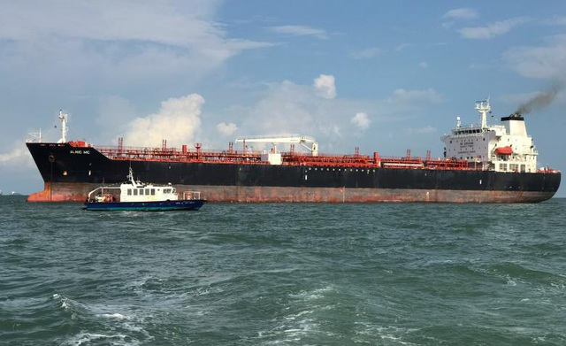 Tàu Alnic MC chở gần 12.000 tấn dầu từ Đài Loan đi Singapore được nhìn thấy ở ngoài khơi Singapore sau vụ va chạm với tàu khu trục Mỹ. Thông tin ban đầu cho biết không có thủy thủ nào trên tàu Alnic MC bị thương sau vụ va chạm.