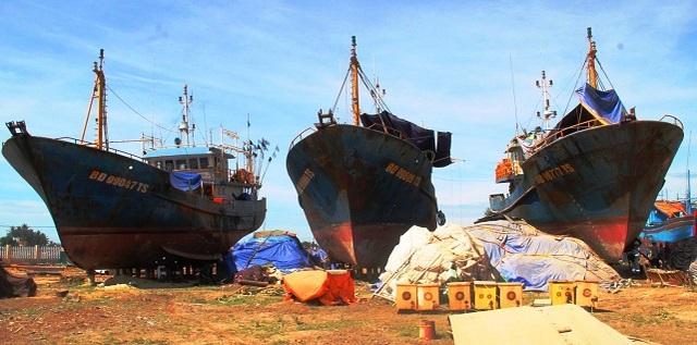Nhiều tàu cá vỏ thép đóng mới bị hư hỏng phải nằm bờ