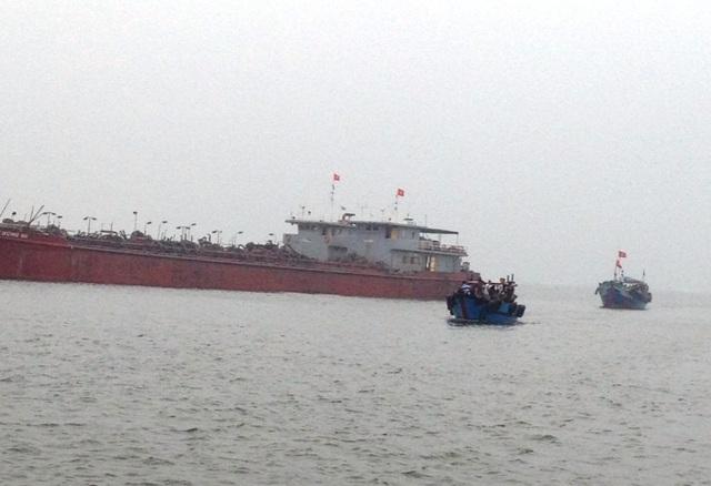Lực lượng chức năng và tàu của ngư dân vẫn đang triển khai các biện pháp cứu tàu bị nạn. Ảnh do Đồn BP Cửa Việt cung cấp
