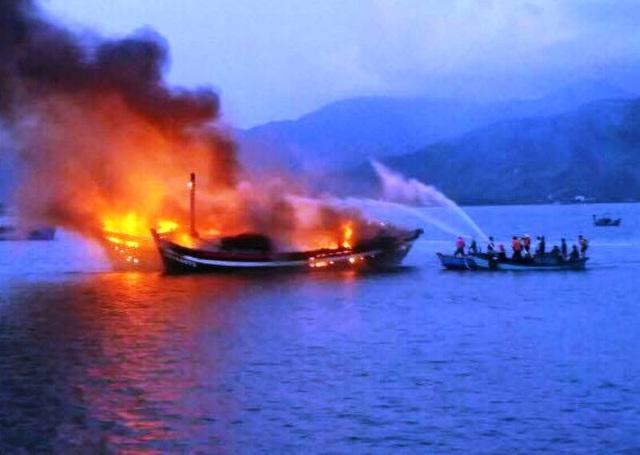 Sau gần 5h cật lực chữa cháy, ngọn lửa mới được khống chế nhưng 3 tàu bị thiêu rụi, thiệt hại trên 30 tỷ đồng
