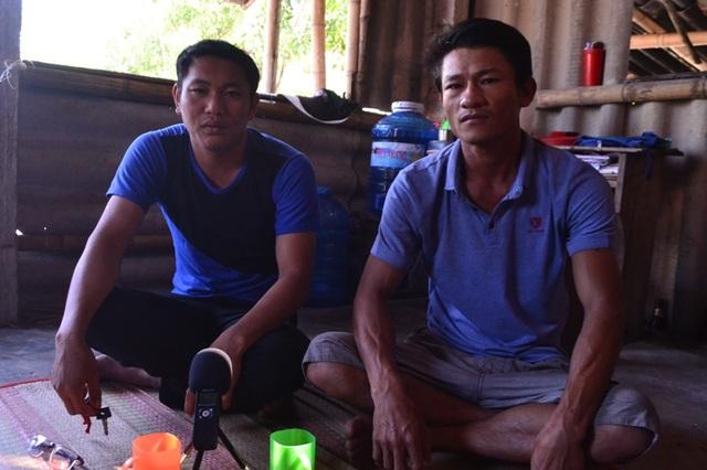 Ngư dân Trần Anh (bên phải) bàng hoàng kể lại sự việc anh bị suýt mất mạng giữa biển do bị tàu giã cào kéo chìm thuyền