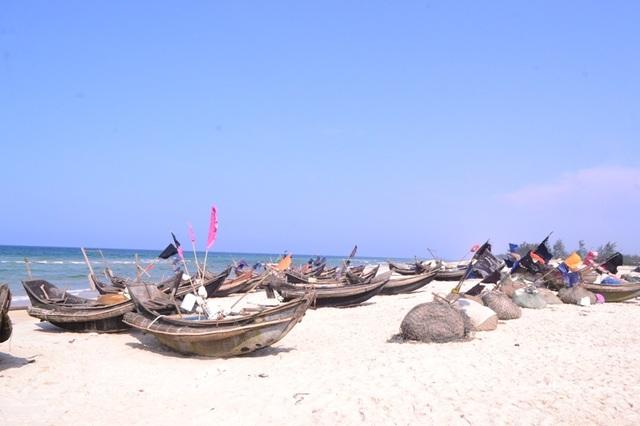 Ngư dân tại thôn 6, xã Triệu Lăng đều hành nghề đánh bắt gần bờ nên chủ yếu sử dụng thuyền nan nhỏ