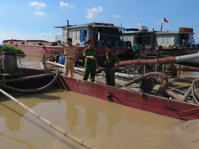 Hai tầu hút cát trái phép trên Sông Thái Bình bị Công an huyện Gia Bình bắt giữ.